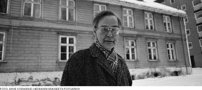 Foto av Rolf Jacobsen foran huset i Skappels gate