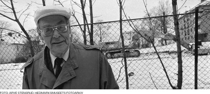 Foto av Rolf Jacobsen foran gravemaskin