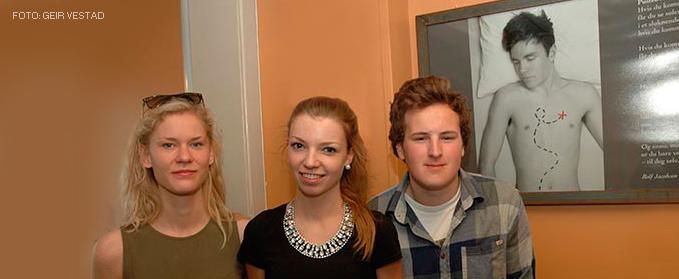 Foto av Mari Klingen Sundheim, Ingeborg Korsveien og Tomas Sigerstad foran illustrasjonen de har laget.